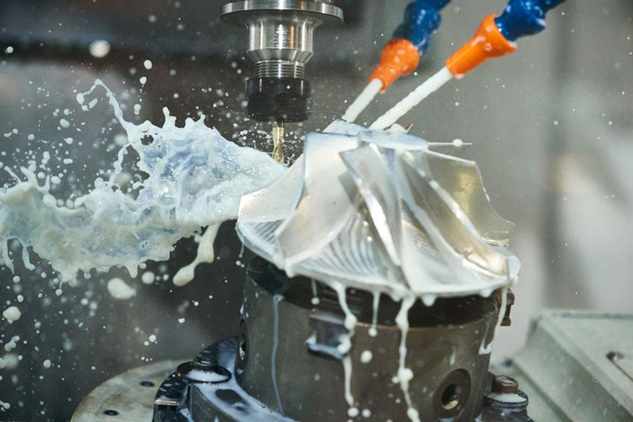 Olio lubrorefrigerante in azione durante la lavorazione di un pezzo metallico