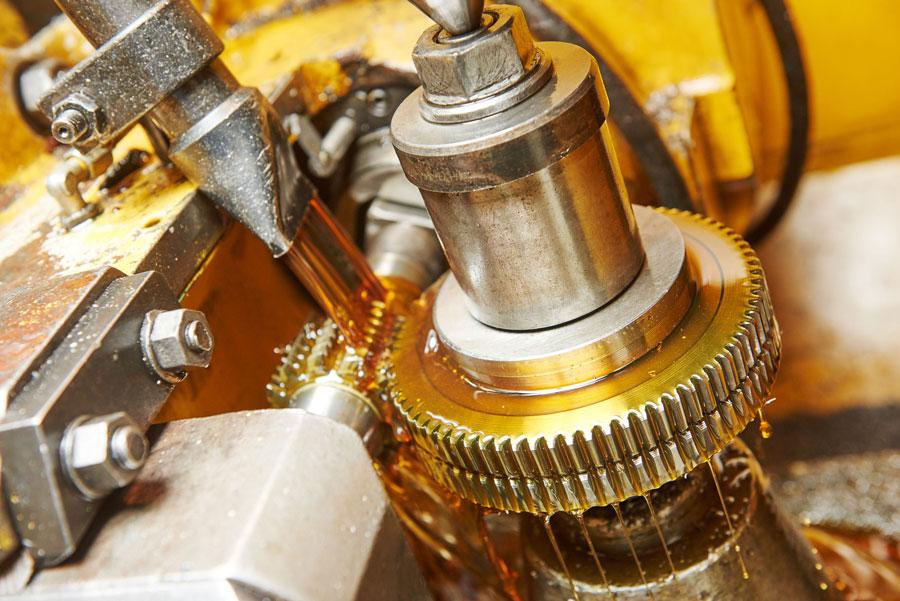 Olio industraile intero per la lubrificazione di pezzi in metallo durante la lavorazione