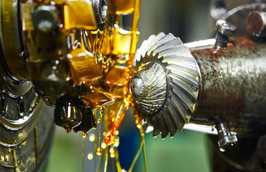 Olio intero da taglio per metalli sulla superficie di un pezzo durante la lavorazione